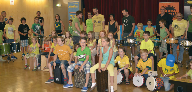 Kinder mit Cajon auf dem Drummer Camp in Wien