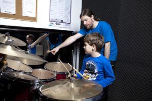 Schlagzeugunterricht mit Kind