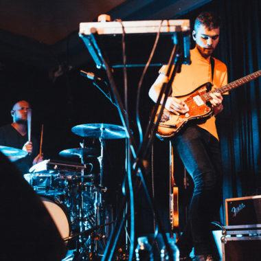 Vom Experimentieren und Shufflen:  Leyya's Schlagzeuger im Interview